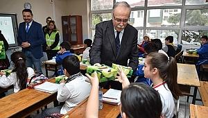 Başkan Gökhan'dan Öğrencilere Elma İkramı