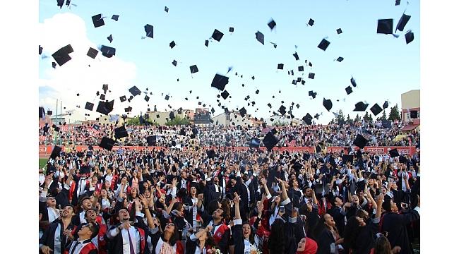 ÇOMÜ'de 8 bin öğrenci mezun oldu