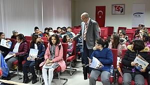 Çanakkale SGK İl Müdürü Basri Tümsek, öğrencilerle kitap okudu.