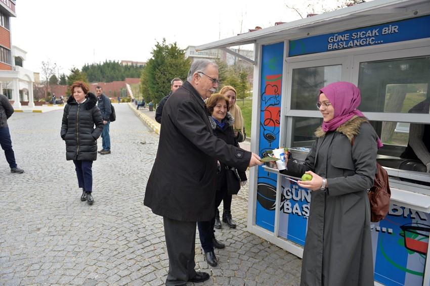 Başkan Gökhan'dan Üniversite Öğrencilerine Elma İkramı…
