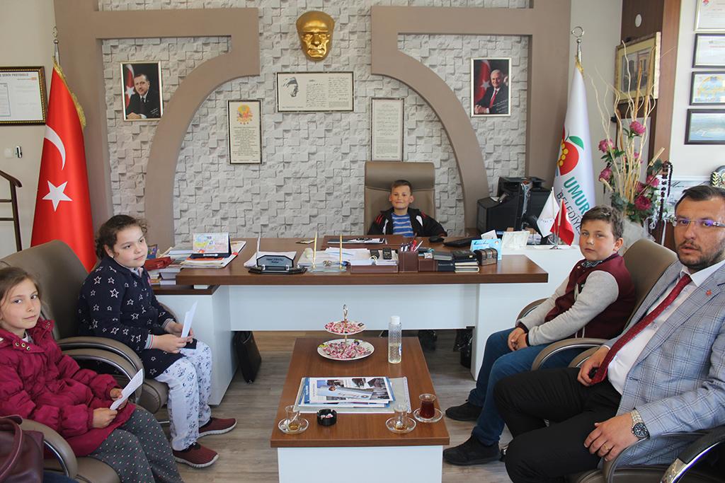 Başkan Yavaş koltuğunu çocuklara devretti