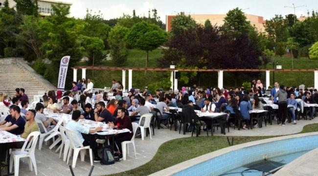 ÇOMÜ ve Hüseyin Akif Terzioğlu Şevkat Yuvası Vakfı ile her akşam öğrencilere iftar ikramı