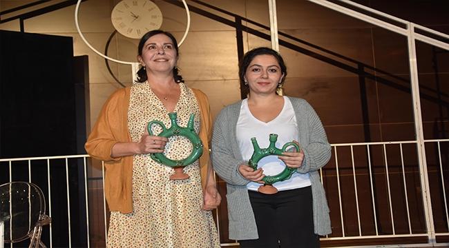 """Ankara Sanat Tiyatrosu'nun """"İyi Geceler Anne"""" İsimli Oyunu Çanakkale'de Sahnelendi"""