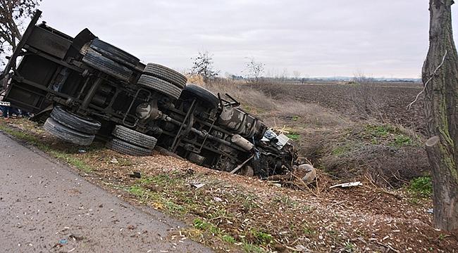 Biga'da süt kamyonu devrildi: 1 kişi yaralandı!