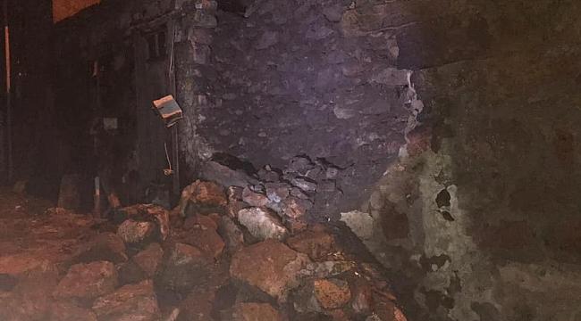 Depremde evler hasar gördü