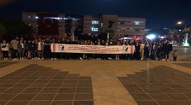 ÜNİVERSİTE ÖĞRENCİLERİ ATA'NIN HUZURUNDA